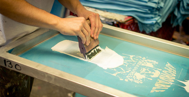 In lụa là kỹ thuật sử dụng khuôn và lưới in để sao chép hình ảnh xuống vật liệu