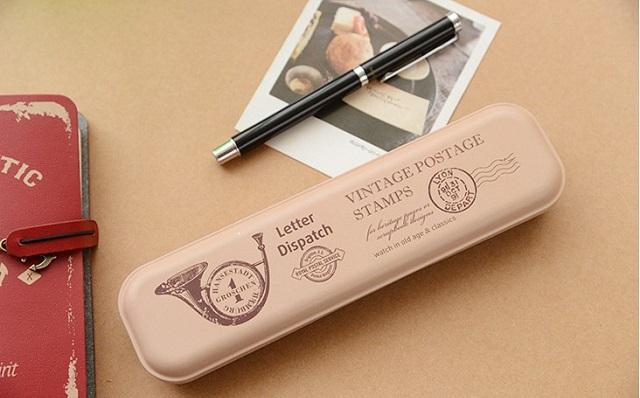 Hộp bút kim loại với mang phong cách vintage